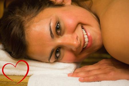 sauna nackt: Gl�cklich Br�nette in einer Sauna liegend Blick in die Kamera gegen Herz