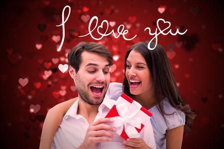 recibo: Mujer sorprendente novio con el regalo contra el dise�o de San Valent�n del coraz�n