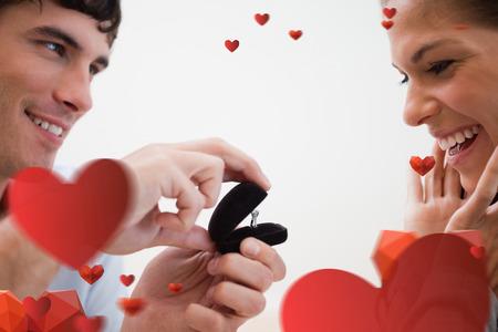 mariage: Close up de l'homme faisant une proposition de mariage contre motif amour de coeur