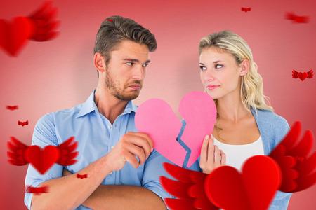 angry couple: Par la celebraci�n de dos mitades del coraz�n roto contra vi�eta roja Foto de archivo
