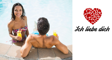Liebe: Attractive couple drinking cocktails in the pool against ich liebe dich