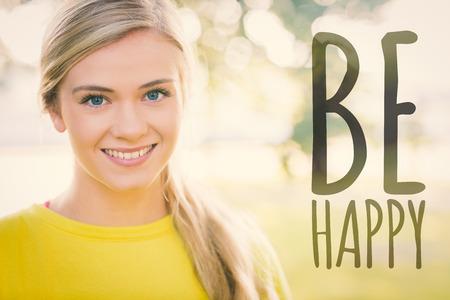 Fit lächelnde Blondine Blick in die Kamera gegen freuen