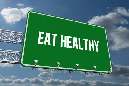 comer sano: La palabra comer se�al cartelera saludable y verde contra el cielo y las nubes