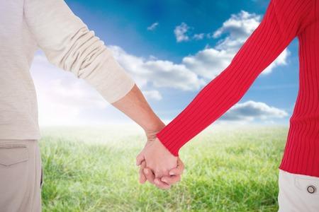 h�ndchen halten: Liebespaar mit R�ckfahr gegen sonnige Landschaft