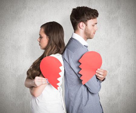 conflicto: Vista lateral de la joven pareja celebraci�n de coraz�n roto contra la superficie erosionada