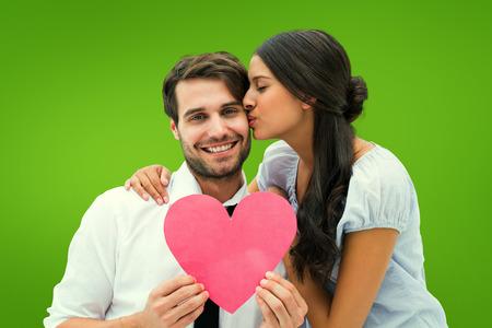 novios besandose: Pretty morena dando novio un beso y su coraz�n contra la vi�eta verde