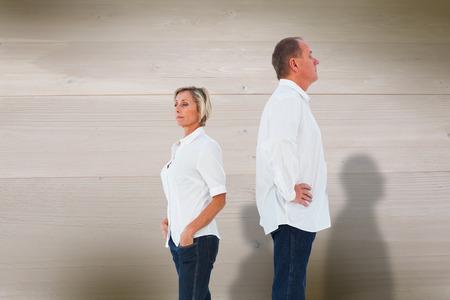 not talking: Sconvolto coppia non parlano tra di loro dopo la lotta contro sbiancato tavole di legno sfondo