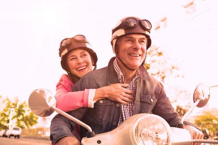 화창한 날에 오토바이를 타고 행복 한 고위 커플 스톡 콘텐츠