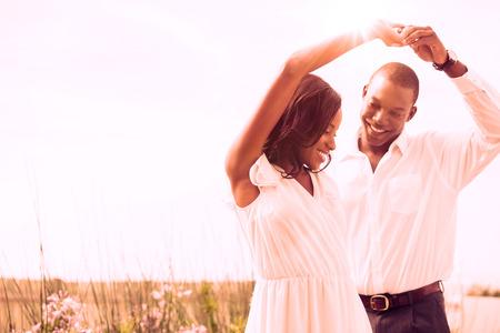 pareja bailando: Pareja de baile romántico y fuera de la sonrisa en el jardín