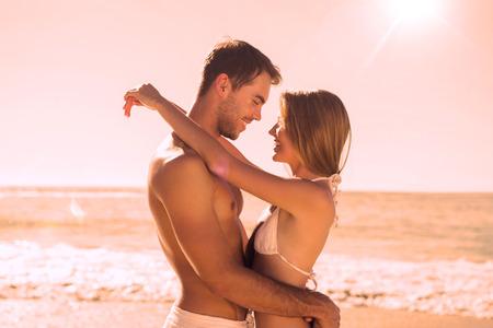 parejas de amor: Sexy pareja abrazada en la playa