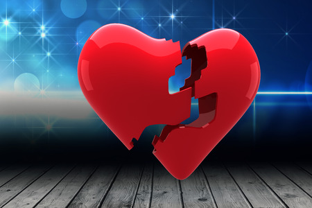 corazon roto: Coraz�n roto en contra del dise�o luz brillante sobre tablas Foto de archivo