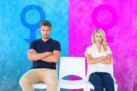 not talking: Giovane coppia seduta in sedie non parlare durante argomento contro la rosa e blu