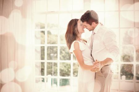 pareja bailando: Vista lateral de una pareja joven amante de la mano en el hogar