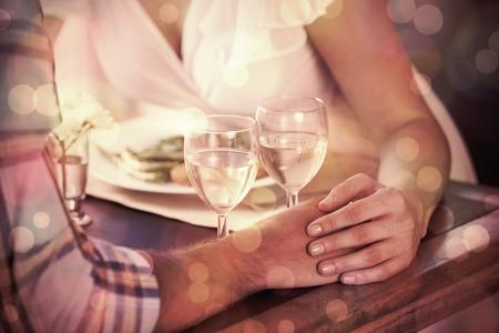 pareja en casa: Pareja de la mano en la cena en casa en el comedor