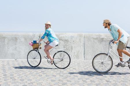 bicyclette: Cute couple sur un v�lo sur une journ�e ensoleill�e