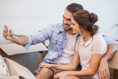 ?real estate?: Linda pareja teniendo una Autofoto en su nuevo hogar