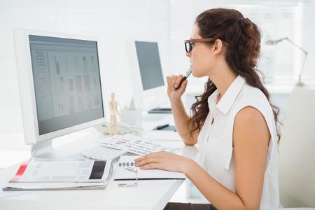 usando computadora: Concentrado de negocios con monitor de la computadora en la oficina