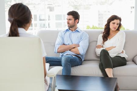 Psycholoog helpen van een echtpaar met relatie problemen in het kantoor