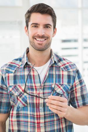 Portrait eines beiläufigen Geschäftsmann, der seine Brille im Büro Standard-Bild - 36327355