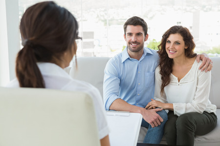 Psiquiatra de escuchar a sus pacientes sonrientes en la oficina