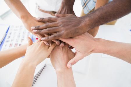circulo de personas: La gente de negocios que une las manos en un c�rculo en la oficina Foto de archivo
