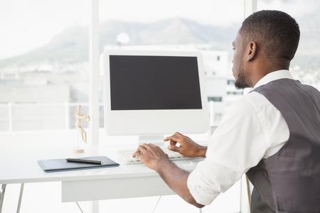 monitor de computadora: Hombre ocasional que trabaja en el escritorio con la computadora y digitalizador en su oficina