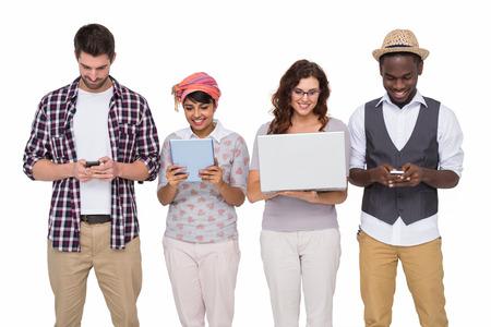 jeune fille: Sourire coll�gues debout et utiliser la technologie sur fond blanc