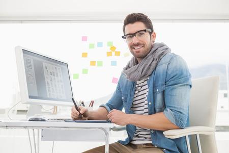 artistas: Retrato de feliz dise�ador utilizando digitalizador en la oficina