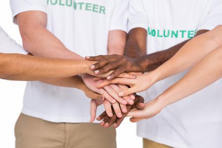 manos juntas: Trabajo en equipo con las manos juntas de pie sobre fondo blanco