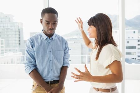 argumento: El trabajo en equipo de negocios ocasional teniendo una discusi�n en la oficina
