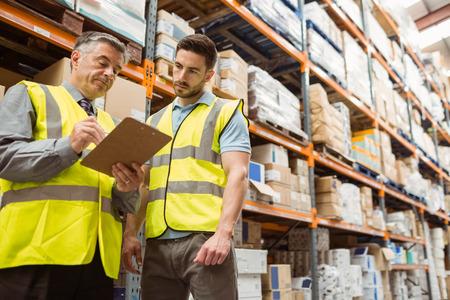 Warehouse manager mluvit s mistrem ve velkém skladu
