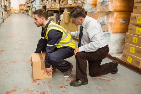 Manager training worker for health and safety measure in a large warehouse Stockfoto
