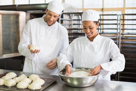 panadero: Equipo de panaderos que preparan la pasta en la cocina de la panader�a