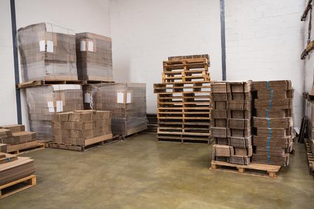 cajas de carton: Muchos pila de cajas de cart�n en un gran almac�n