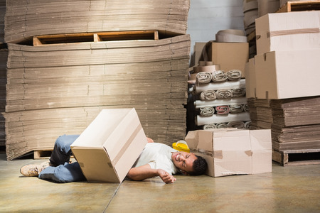 accidente trabajo: Trabajador tendido en el suelo en el almacén