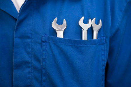 garage automobile: Mécanicien avec les clés dans la poche au garage de réparation