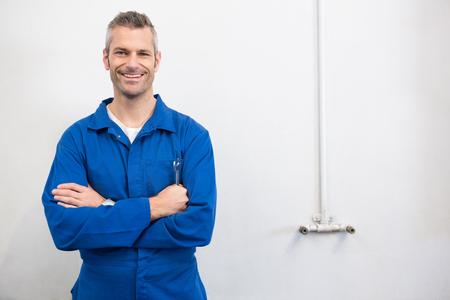 mantenimiento: Sonriendo a la cámara en el garaje de reparación Mecánico Foto de archivo