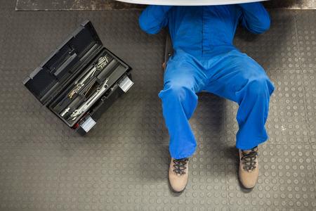 mecanico: Mentira mec�nico y trabaja bajo el coche en el garaje de reparaci�n