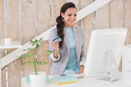 mujeres morenas: Brunette con estilo de trabajo desde casa en su oficina en casa