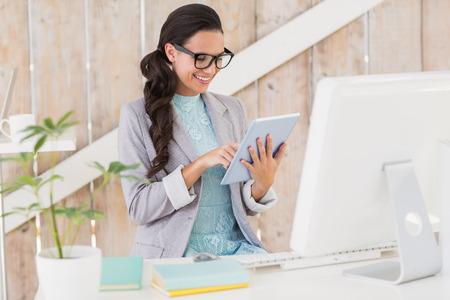 trabajando: Brunette con estilo de trabajo desde casa en su oficina en casa