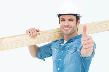 carpintero: Retrato de carpintero conf�a en llevar tabl�n de madera sobre el fondo blanco