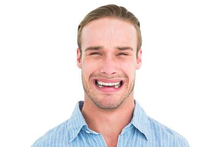 desolaci�n: Retrato de hombre guapo llorando sobre fondo blanco