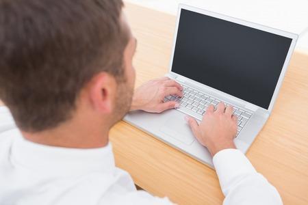 monitor de computadora: Hombre de negocios trabajando en su escritorio en su oficina