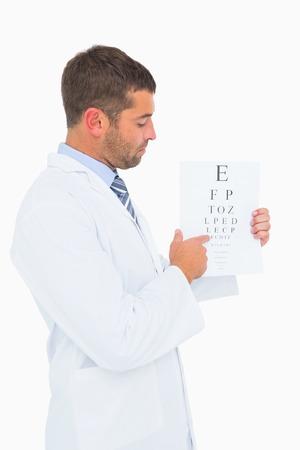 lab coat: Doctor en bata de laboratorio que muestran la prueba del ojo en el fondo blanco