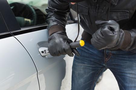 ladrón: Ladr�n irrumpir en un autom�vil con un destornillador en plena luz del d�a