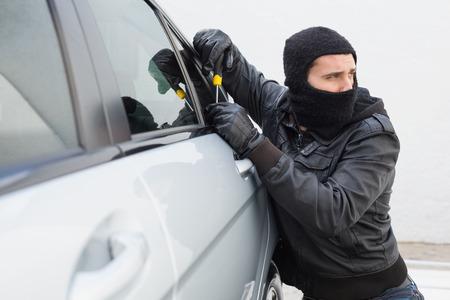 ladron: Ladr�n irrumpir en un coche en plena luz del d�a Foto de archivo