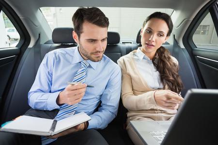 traje: Equipo de negocios que trabajan juntos en el coche