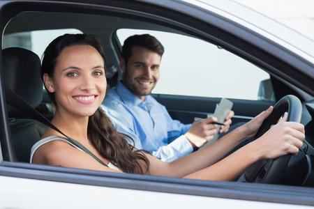 Jonge vrouw krijgt een rijles in de auto