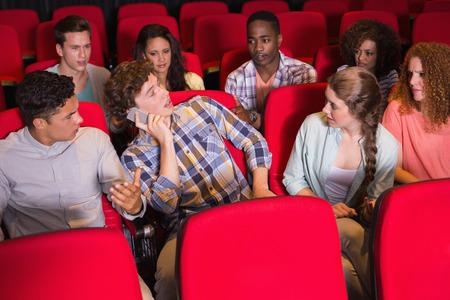 molesto: Molesto hombre en el tel�fono durante la pel�cula en el cine
