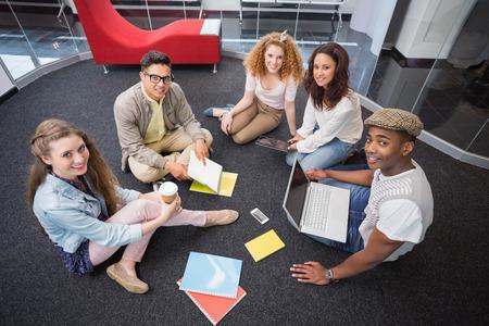 students: Estudiantes de moda de trabajo en equipo en la universidad